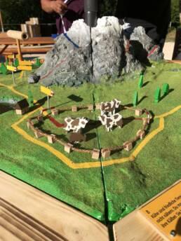 Viva Colores Coop Familienwanderung Wanderwege Schweiz Modell Unikat Handarbeit Landschaft Modellbau Design Event Dekoration Deko Spiel Eventspiele Holz